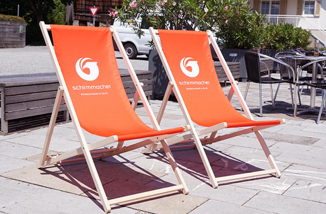 Liegestühle mit Logo passend zum Sonnenschirm