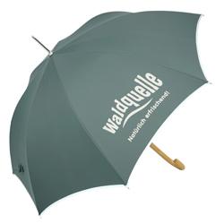 Regenschirm mit Reflektorband und Firmenlogo auf zwei Segmenten